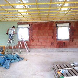 Etanchéité à l'air du plafond avec film pare vapeur et des murs par pulvérisations chez un particulier
