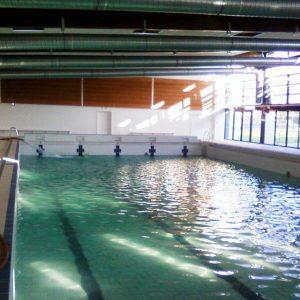 Réalisation de la peinture sur les murs de la piscine municipale de Lure