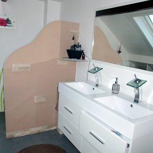 Création d'une cloison décor vague dans une salle de bains